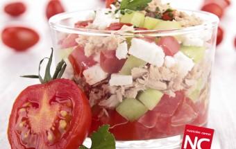 Ensalada de tomate, pepino y atún con queso fresco